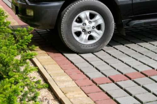 С помощью брусчатки можно выложить площадку для автомобиля