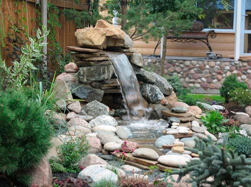 Фонтан может перекликаться с общим стилем сада