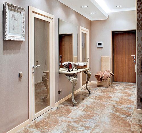 Если есть возможность украсить коридор мебелью, используйте ее