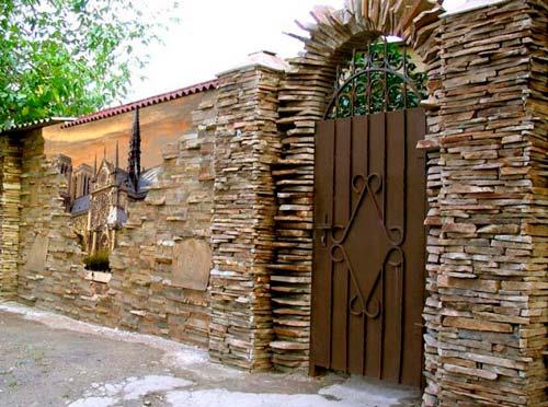 Часто этот камень используют для создания панно или мозаики