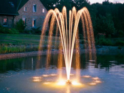 Фонтан с подсветкой украсит сад в вечернее время