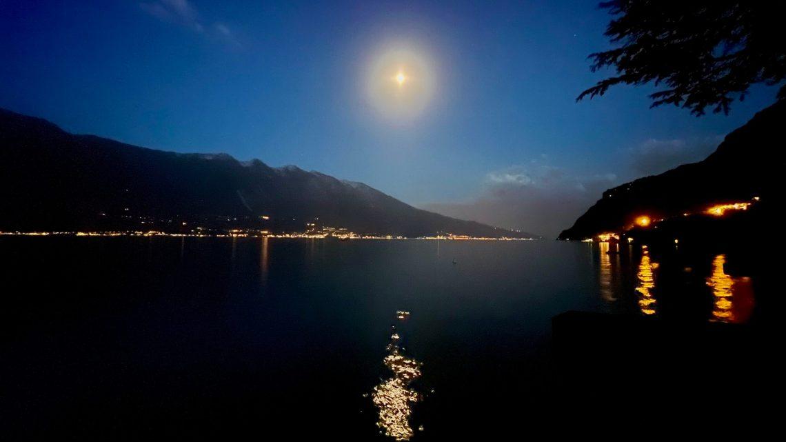 Månen går upp över Gardasjön ❤️