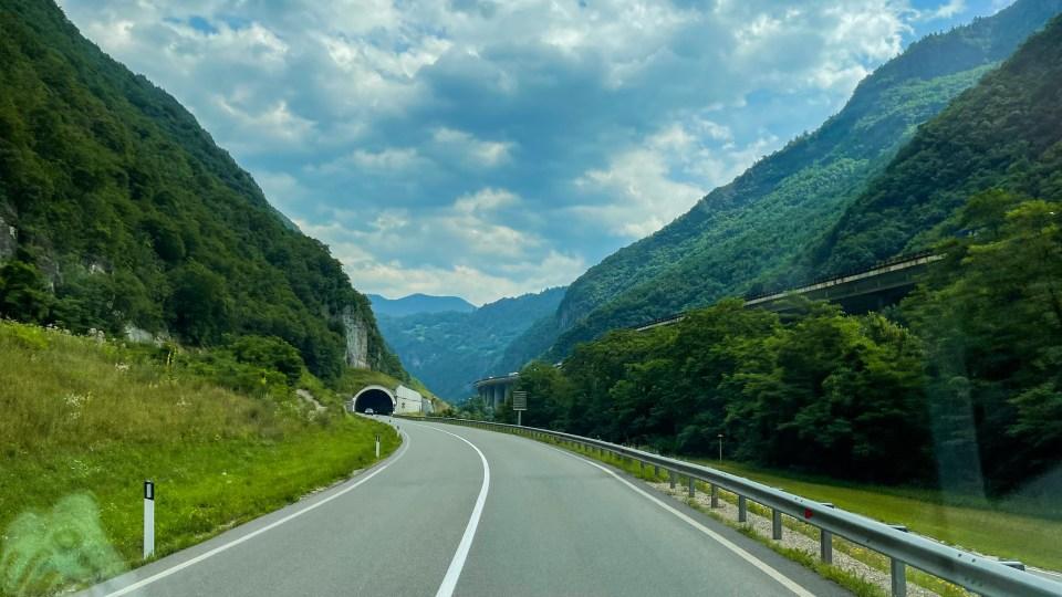 Vägen intill autostradan…