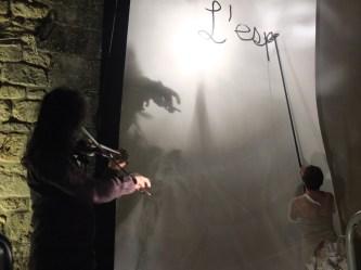 Sara écrit sur la page de papier, Roberto l'accompagne au violon