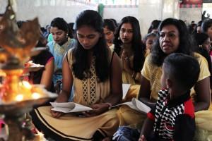 Teks foto1: gadis keturunan India suku tamil membaca kidung-kidung suci bersama ibu dan adiknya,dikuil Sri Mariamman Medan dalam rangka perayaan hari deepavali