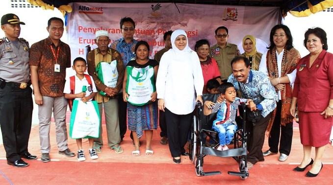 Menteri Sosial Republik Indonesia, Khofifah Indar Parawansa ( baju putih ) berfoto bersama pengungsi dan penyandang disabilitas seusai menyerahkan bantuan di Posko Pengungsian Gereja Batak Karo Protestan, Simpang Enam, Kabanjahe, Karo, pada Sabtu 14/10. GATHA GINTING for MEDAN-TODAY.com