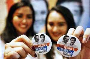 Relawan menunjukkan pin ketika mengikuti acara deklarasi Relawan Ahok-Djarot di Jakarta -- MI/Rommy Pujianto