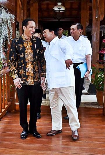 Prabowo Subianto saling berdiskusi lepas dengan Presiden Jokowi di kediaman Prabowo Subianto di Hambalang, Senin, 31 Oktober 2016. MTD/Biro Pers Setpres