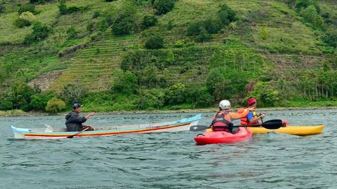 """Tim Paddler Sumatra saat melakukan survey jalur """"Internasional Toba Kayak Marathon 2017"""" di Kabupaten Toba Samosir Balige, Danau Toba, Sumut, Kemarin. International Toba Kayak Marathon 2017 yang rencananya akan diselenggarakan selama 3 hari pada tanggal 28-30 July 2017 dengan skala internasional ini akan menghadirkan sekitar 200 Kayaker domestic dan mancanegara. (MTD/Ist)"""