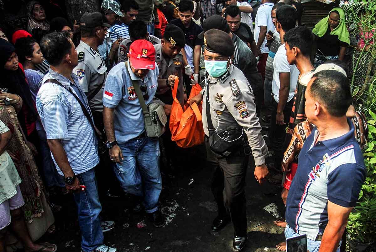 Polisi mengangkut sejumlah mayat yang dibunuh