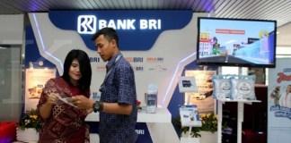 Petugas melayani calon nasabah kartu kredit di stan bank BRI di Jakarta, Selasa (17/10). Berdasarkan data Bank Indonesia sepanjang bulan Agustus 2017 jumlah kartu kredit beredar menurun sekitar 3% menjadi 17,5 juta keping. Meskipun demikian total nilai transaksi kartu kredit sampai Agustus 2017 tercatat Rp 196,16 triliun atau tumbuh 6,2% dibanding periode yang sama tahun lalu. KONTAN/Cheppy A. Muchlis/17/10/2017
