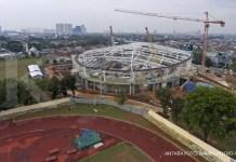 Foto aerial pembangunan arena balap sepeda (velodrome) di Rawamangun, Jakarta, Senin (9/10). Pembangunan velodrome yang dipersiapkan untuk Asian Games 2018 itu telah mencapai lebih dari 60 persen dan diperkirakan awal 2018 telah siap untuk diuji coba. ANTARA FOTO/Wahyu Putro A/ama/17