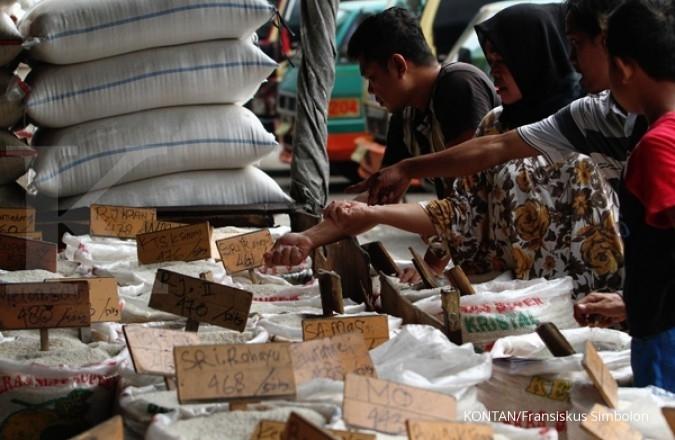 JAKARTA,21/05-KETERSEDIAAN BERAS JELANG RAMADHAN. Calon pembeli memilih jenis beras yang dijual pedagang di pasar induk beras Cipinang, Jakarta, Minggu (21/05). Mentan telah menggelar rapat dengan Badan Urusan Logistik (Bulog) terkait persiapan menghadapi Ramadhan untuk mengantisipasi gejolak harga melalui evaluasi stok dan kondisi harga saat ini. Amran menyebutkan stok beras saat ini mencapai 1,9 juta ton untuk delapan bulan ke depan. Jumlah tersebut cukup besar dibanding tahun-tahun sebelumnya yang berkisar 1 juta ton. KONTAN/Fransiskus Simbolon/21/05/2017