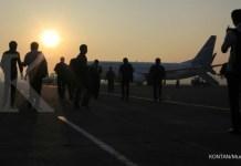 Keberangkatan penumpang pesawat Garuda Indonesia di Bandara Halim Perdanakusuma, Jakarta (6/5). Menjelang liburan sekolah banyak maskapai penerbangan memberikan penerbangan tambahan serta tiket promo. KONTAN/Muradi/2013/05/06