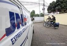 KurirJNE menggunakan sepeda untuk negantarkan paket di kawasan MH Thamrin Jakarta./pho KONTAN/Carolus Agus Waluyo/15/01/2015.