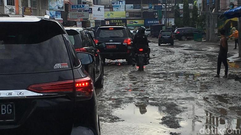 Jalanan rusak di Medan yang dilalui Jokowi. Foto: Ray Jordan/detikcom
