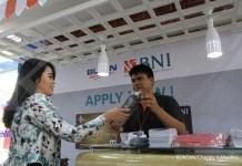 Petugas menawarkan kartu kredit kepada calon nasabah di Bekasi, Rabu (16/8). Pelaku industri perbankan optimistis transaksi kartu kredit pada semester II 2017 bisa bertumbuh dua digit. Menurut data Alat Pembayaran Menggunakan Kartu (APMK) yang dirilis oleh Bank Indonesia (BI), transaksi kartu kredit pada periode Januari-Juni 2017 mencapai Rp 145,74 triliun. Nilai tersebut meningkat 4,3% dibandingkan periode yang sama tahun 2016. KONTAN/Cheppy A. Muchlis/17/08/2017