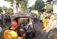 Anggota kepolisian dan relawan mengevakuasi mobil yang tertabrak kereta api di Desa Purbayan, Baki, tepatnya di Jalan Raya Gawok, Sukoharjo, Senin (23/10/2017).(Tribunsolo.com/Labib Zamani)