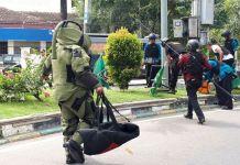 Tim Penjinak Bom Densus Gegana Satuan Brimob Polda Sumut saat mengamankan benda diduga bom di Jalan Juanda Medan, Minggu (19/11/2017)(KOMPAS.com / Mei Leandha)