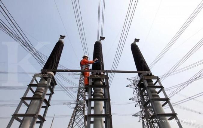 Petugas PLN Area Pelaksana Pemeliharaan (APP) Duri Kosambi sedang melakukan pemeliharaan isolator di Gas Insulated System (GIS) Alam Sutera, Tangerang Selatan, Rabu (26/7). GIS dengan tegangan 150.000 Volt ini memiliki empat trafo tenaga 150/20 kilo Volt (kV) untuk memasok kebutuhan listrik kawasan Alam Sutera dan Tangerang./pho KONTAN/Carolus Agus Waluyo/27/07/2017.