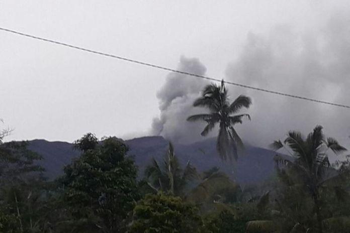 Gunung Agung meletus pada Selasa (21/11/2017) pukul 17.05 Wita. Tampak asap kelabu dan abu tipis bertiup ke arah timur dan tenggara dari puncak kawah.(dok. PVMBG)