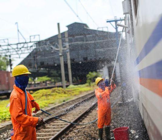 Petugas membersihkan gerbong kereta api lokal di Stasiun Tanjung Priok, Jakarta Utara, Kamis (7/9/2017). (KOMPAS.com/GARRY ANDREW LOTULUNG)