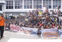 Suasana demo yang di gelar di Halaman Kantor DPR Papua.(Kompas.com/Jhon Roy Purba)