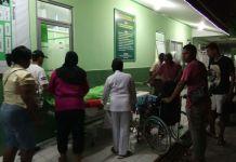 Sejumlah pasien di Rumah Sakit Alfatah Ambon terpaksa dirawat di halaman Masjid Raya Alfatah akibat gempa bumi yang mengguncang kota Ambon, Selasa malam (31/10/2017). Selain di rumah sakit Al Fatah pasien di rumah skait dr Latumeten juga ikut dikeluarkan saat gempa terjadi(KOMPAS.com/Rahmat Rahman Patty)