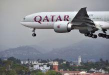 Pesawat milik Qatar Airways saat akan mendarat di bandara. (AFP/FREDERIC J. BROWN)