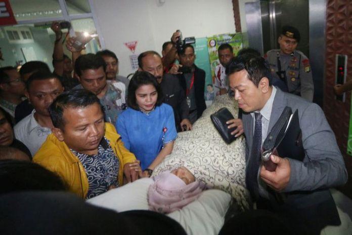 Ketua DPR Setya Novanto dibawa keluar dari Rumah Sakit Medika Permata Hijau, Jakarta, Jumat (17/11/2017). Setya Novanto dibawa ke RSCM untuk tindakan medis lebih lanjut.(ANTARA FOTO/WIBOWO ARMANDO)