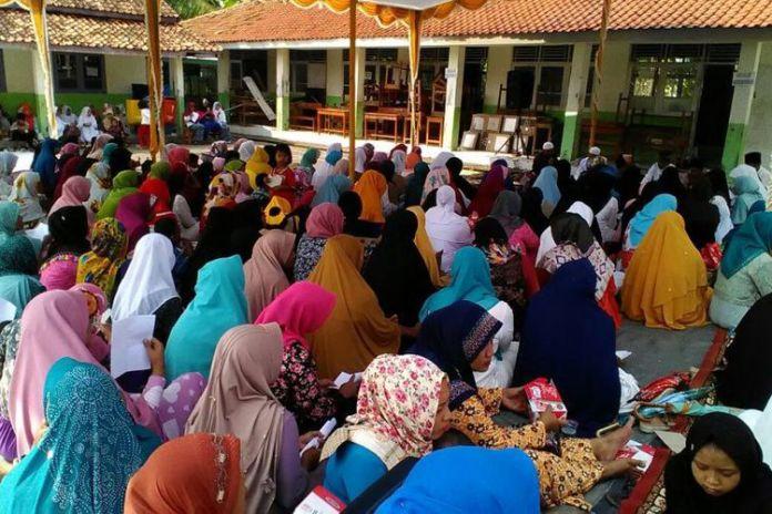 Ratusan warga Desa Cirejag, Kecamatan JAtisari, Karawang mendoakan Dedi Mulyadi agar dikabulkan keinginannya, JUmat (17/11/2017)(KOMPAS.com/Farida Farhan)