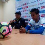 Pelatih Arema FC Joko Susilo memberikan keterangan pers kepada awak media.(Berry Subhan Putra/Kompas.com)