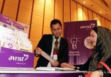 Petugas menawarkan produk asuransi kesehatan 'Sehati' dari Avrist saat pameran dan seminar Permata Bank Weath Wisdom di Jakarta, Kamis (12/5). Avrist aktif melakukan edukasi tentang asuransi kepada masyarakat sebagai upaya untuk sosialisasi dan mendukung program pemerintah memasyarakatkan asuransi. KONTAN/Cheppy A. Muchlis/12/05/2016