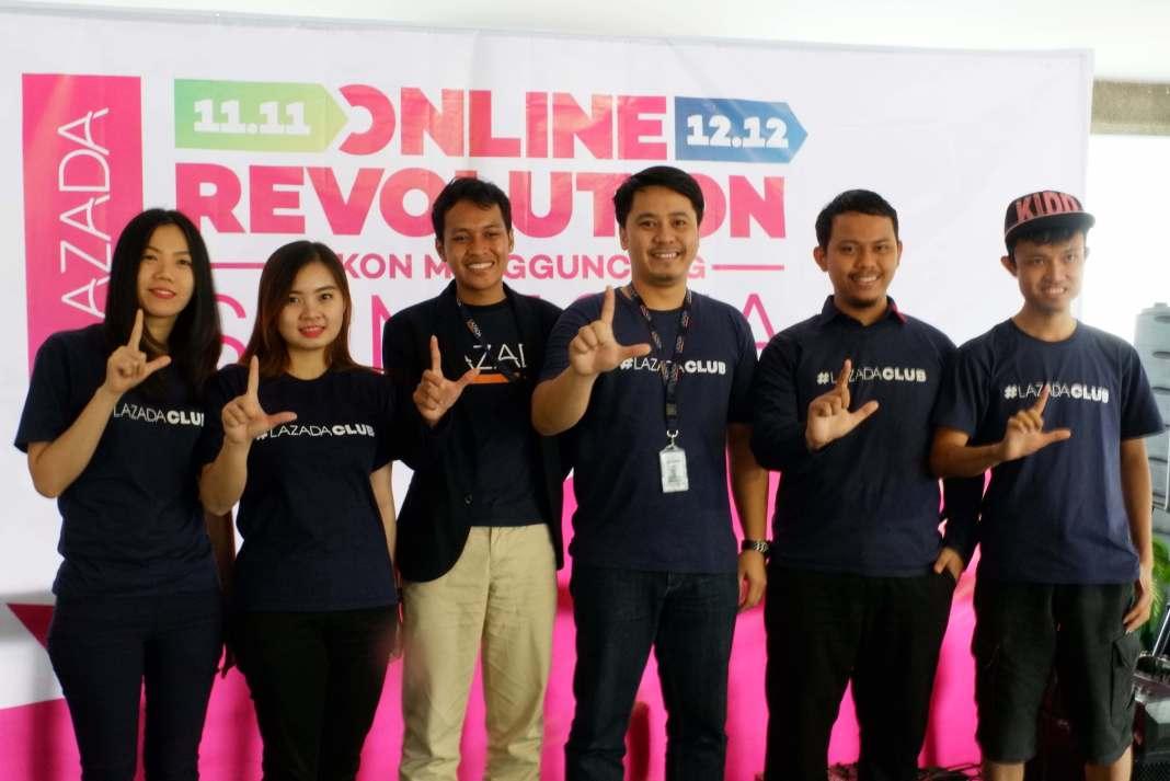 Haikal Bekti Anggoro, Head of Digital Marketing, Lazada Indonesia (ketiga kiri) dan Adi Putra, Head of Seller Acquisition, Lazada Indonesia (ketiga kanan), bersama para perwakilan Lazada dan Seller Lazada di Medan, pada acara Jumpa Pers, di Medan, Sumatera Utara (29/11/2017).