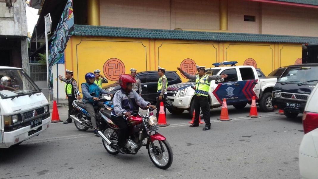 Ilustrasi petugas Satlantas Polrestabes Medan melakukan rekayasa arus lalu lintas, Senin (13/11/2017)