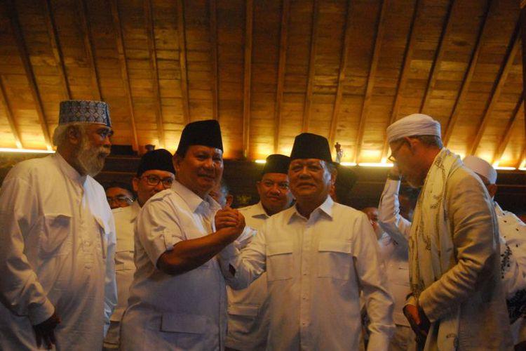Ketua Umum Partai Gerindra Prabowo Subianto (kiri) bersama calon gubernur Jawa Barat dari Partai Gerindra Mayjen (Purn) Sudrajat (kanan) berjabat tangan sebagi tanda resminya Gerindra mengusung Sudrajat sebagai calon gubernur Jawa Barat dalam Pilkada Jabar 2018, di kediaman Prabowo, Bukit Hambalang, Kecamatan Babakan Madang, Kabupaten Bogor, Sabtu (9/12/2017). (KOMPAS.com/Ramdhan Triyadi Bempah)