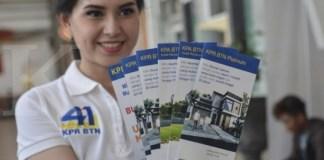 Suasana di both KPR yang disiapkan BTN di stasiun kereta api Jakarta Kota, Jakarta (4/12). Menyambut HUT ke-41 KPR (kredit pemilikan rumah) PT Bank Tabungan Negara (Persero) Tbk akan menggelar parade KPR sebagai apresiasi kepada seluruh masyarakat Indonesia yang setia memanfaatkan KPR BTN. Berbagai kegiatan promosi dengan penawaran dan gimmick yang menarik akan ditawarkan kepada masyarakat termasuk suku bunga KPR berbunga rendah 4,1%. Di beberapa stasiun kereta api, mal, kantor mitra BTN dan perumahan akan menjadi lokasi BTN dalam menggelar parade KPR tersebut tang ditargetkan bakal menambah kredit baru sekitar Rp3 Triliun sampai dengan akhir Desember 2017. KONTAN/Muradi/2017/12/04