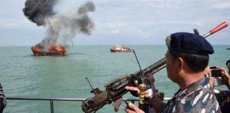 Penenggelaman kapal KFH 1868, kapal pencuri ikan berbendera Malaysia yang berukuran 85 GT. Pemusnahan dilakukan oleh LANTAMAL I Belawan.(Dokumentasi LANTAMAL I Belawan)