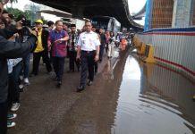 Gubernur DKI Jakarta pantau genangan air di jalan Panjaitan, Jakarta Timur, Kamis (14/12/2017)(stanly)