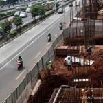 JAKARTA,12/05-LRT TERCEPAT. Pembangunan proyek Light Rail Transit (LRT) di kawasan Jalan MT Haryono, Jakarta, Jumat (12/5).Kepala Divisi Konstruksi LRT Adhi Karya mengatakan bahwa pembangunan Light Rail Transit (LRT)Jabodetabek merupakan proyek yang paling efisien dan menjadi yang tercepat di dunia, karena menggunakan teknologi U-Shape Girder. Pembangunan LRT yang dimulai sejak 2015 lalu ditargetkan selesai pada akhir 2018 sebelum akhirnya bisa beroperasi di awal 2019. Hingga kini, progres pembangunan LRT Jakarta fase pertama secara total sudah mencapai 16%. KONTAN/Fransiskus Simbolon/12/05/2017