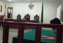 Hakim Praperadilan Pengadilan Negeri Tarutung, Hendrik Tarigan saat membacakan putusan Praperadilan di PN Tarutung, Rabu (6/12/2017)
