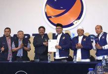 Sekjen Nasdem Jhonny Plate saat menyerahkan SK dukungan Pilkada Jabar pada pasangan Ridwan Kamil dan Uu Ruzhanul Ulum di Kantor DPP Nasdem, Menteng, Jakarta Pusat, Minggu (7/1/2018).(Fabian Januarius Kuwado)