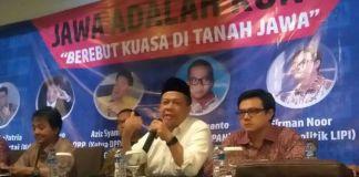 Wakil Ketua Dewan Perwakilan Rakyat (DPR) Fahri Hamzah (tengah kemeja putih) dalam diskusi dengan tema Jawa adalah Kunci, Berebut Kuasa di Tanah Jawa, di Jakarta, Kamis (11/1/2018).(KOMPAS.com/ESTU SURYOWATI)