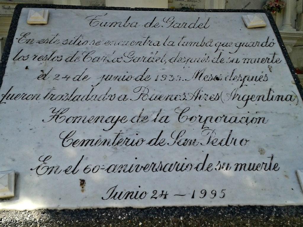 """""""En este sitio se encuentra la tumba que guardó los restos de Carlos Gardel después de su muerte el 24 de Junio de 1935. Meses después fueron trasladados a Buenos Aires (Argentina)."""