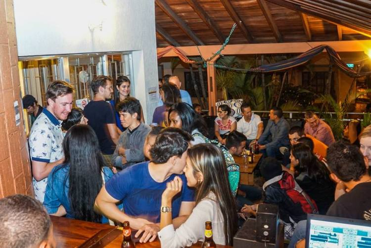 A diverse crowd mixing and mingling at the Colombia Immersion language exchange