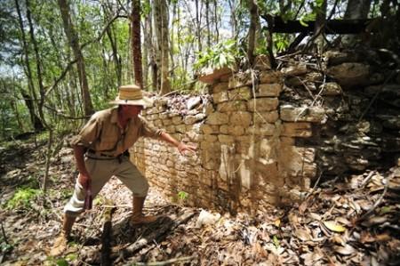 1371808432 0 450x299 Chactún: Descubren nueva milenaria ciudad Maya!