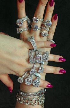 Becky C Ruter i biblioteket modellera hela Tacori Kungliga T diamant samling förlovningsring, tillsammans med två antika armband från sin egen kollektion.  Via Diamonds i biblioteket.