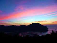 Ko Phi Phi - Thailande https://picsandtrips.wordpress.com/2014/02/12/ko-phi-phi-heureuse-qui-comme-marie/ Maya Bay 'The Beach'