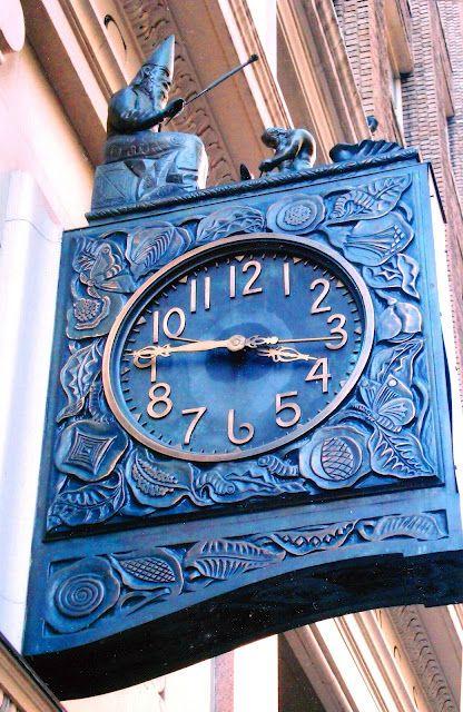 Conosciuto arrivato L'Orologio della Seta, il Lavoro e Stato prodotto Nel 1926 da Seth Thomas.  470 Park Avenue South, Manhattan.