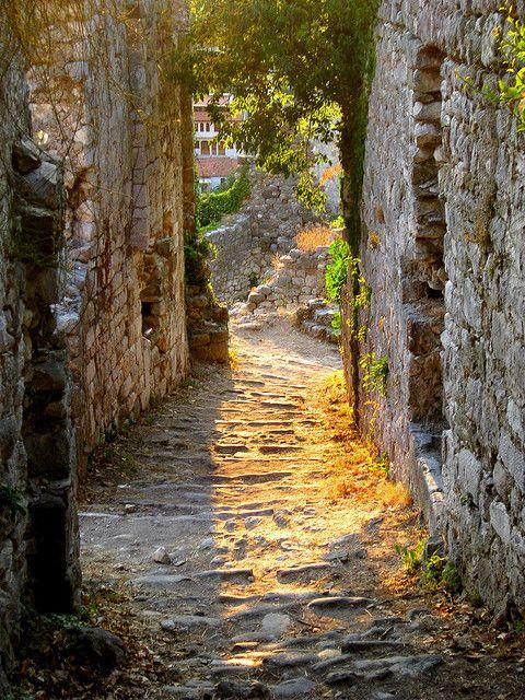 Passaggio Antico, Stari Bar, Montenegro foto tramite petit